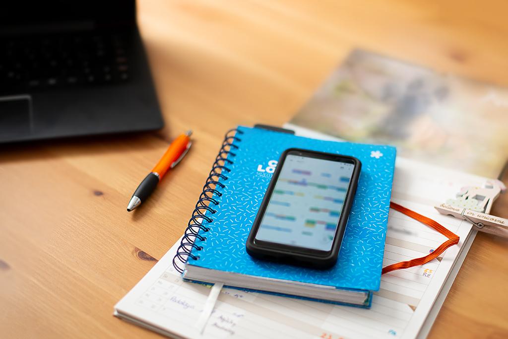 Auf dem Bild sind meine Terminkalender sowie das Handy zu sehen.