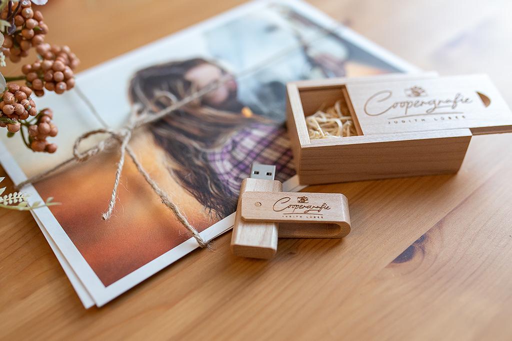 Ein wunderschöner USB-Stick aus Holz bei der Bildübergabe