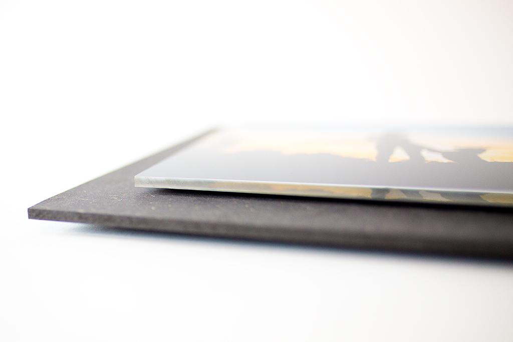 Fotoprodukt: Schwebendes Foto hinter Acrylglas auf einer dunklen MDF-Platte montiert